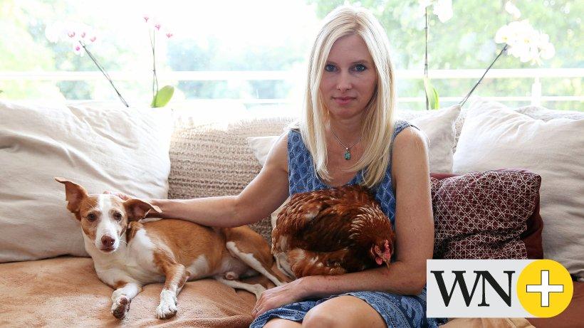Stefanie Laab aus Mörse holt aussortierte Hennen in