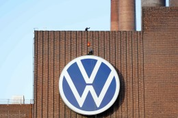 VW erinnert mit Rettungswesten an Flüchtlingsschicksale